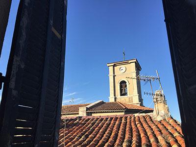 部屋の窓を開けると教会。毎時間鐘が鳴るのですが、この音がとっても素敵 。 真っ青な空が気持ちイイ。 毎朝窓を開けて徐々に空の青が濃くなっていくのを暫く眺めていました。