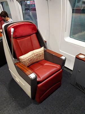 座席。ビジネスクラスの席は先頭に5席。
