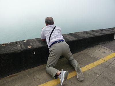 海面まで100mはありそうな断崖のトップからの写真撮影は、いきおいこんな格好でシャッターを押さないと非常に危険だ( ;∀;)私は、高所が一番嫌いだ。