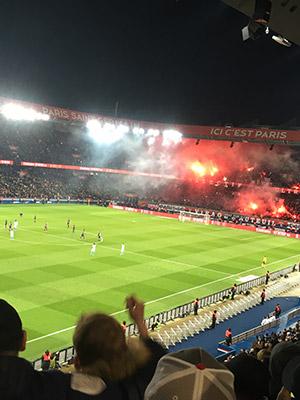 パリサンジェルマンのスタジアム(パルク・デ・プランス)にて。点数が決まるたびに爆竹と花火で大騒ぎ。